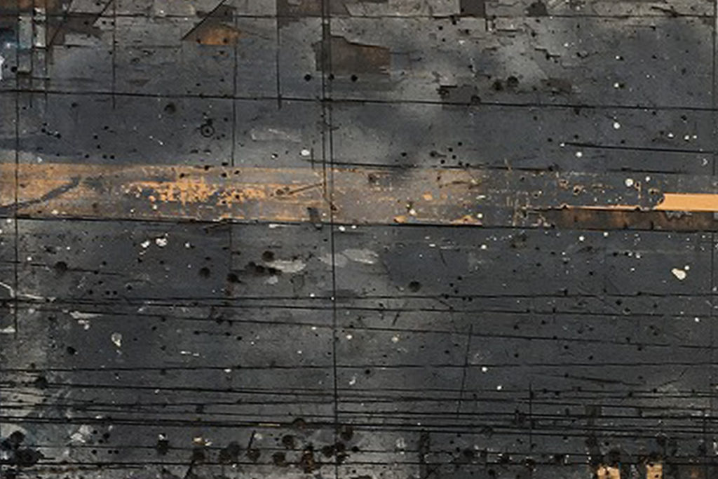 工場でいろんな作業の台として使用されたベニヤ板